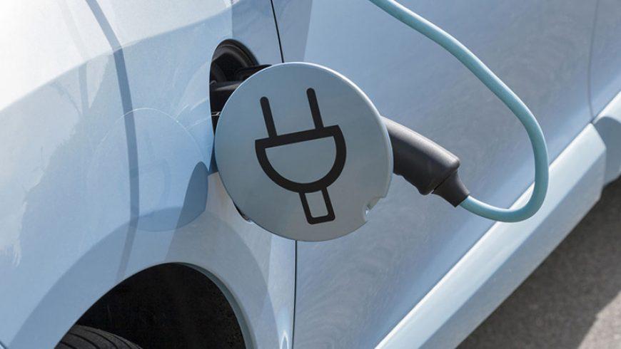 Los turismos eléctricos plantan cara a la caída de matriculaciones duplicando sus cifras en lo que va de año